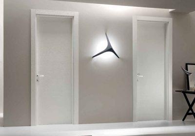 Porte bianche moderne, eleganza e tecnologia a portata di maniglia