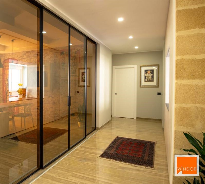 Parete divisoria a vetro per separare cucina e soggiorno
